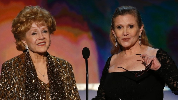 Actress Debbie Reynolds (L) accepts the Life Achievement Award from her daughter, actress Carrie Fisher, at the 21st annual Screen Actors Guild Awards in Los Angeles, California January 25, 2015.   REUTERS/Mario Anzuoni (UNITED STATES  - Tags: ENTERTAINMENT)    (SAGAWARDS-SHOW) - TB3EB1Q09P0WI