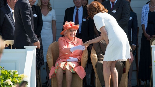 The Royal Windsor Cup Final 2018 at Guards Polo ClubPictured: Queen Elizabeth II and Susan SarandonRef: SPL5006034 240618 NON-EXCLUSIVEPicture by: SplashNews.comSplash News and PicturesLos Angeles: 310-821-2666New York: 212-619-2666London: 0207 644 7656Milan: +39 02 4399 8577photodesk@splashnews.comWorld Rights