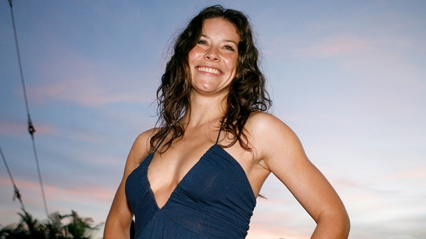 "Actress Evangeline Lilly poses at the red carpet event for the hit TV show ""Lost"" during their Season 3 World Premiere in Honolulu, Hawaii on September 30, 2006. REUTERS/Hugh Gentry (UNITED STATES) - GM1DTPUHIWAA"