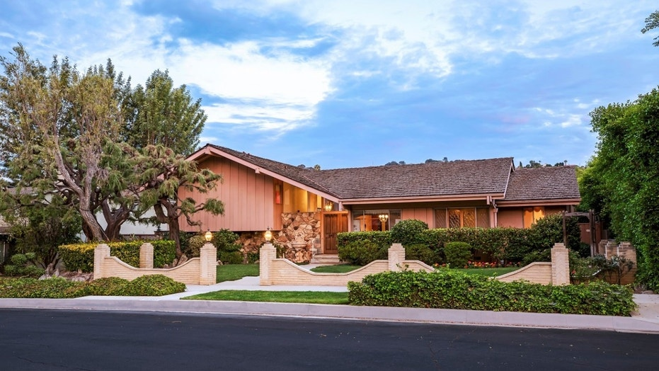 Hgtvs renovations on the iconic brady bunch house are reportedly causing issues to the