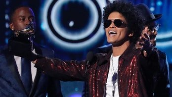 """60th Annual Grammy Awards – Show – New York, U.S., 28/01/2018 – Bruno Mars accepts the Grammy for record of the year for """"24K Magic."""" REUTERS/Lucas Jackson - HP1EE1T0A6PIN"""