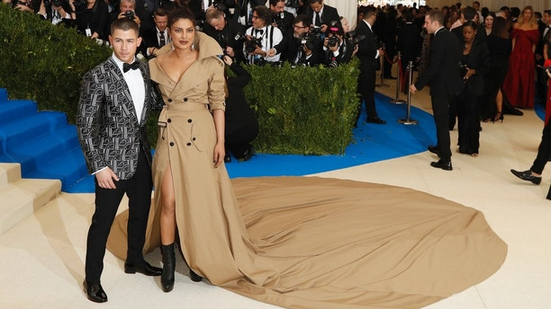 Metropolitan Museum of Art Costume Institute Gala - Rei Kawakubo/Comme des Garcons: Art of the In-Between - Arrivals - New York City, U.S. - 01/05/17 - Nick Jonas and Priyanka Chopra. REUTERS/Lucas Jackson - HP1ED52001OK6