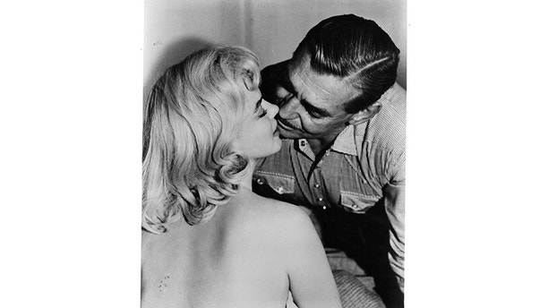 Marilyn Monroe and Clark Gable about to kiss in a scene from the film 'The Misfits', 1961. (Photo by United Artists/Getty Images)