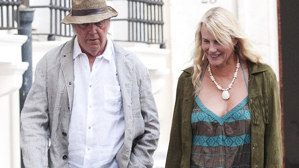 Daryl Hannah and Neil Young enjoy a romantic walk in Rome and stop at a restaurant for dinner on June 27, 2015.