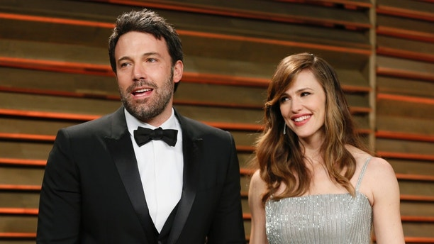 Actor Ben Affleck and his wife, actress Jennifer Garner arrive at the 2014 Vanity Fair Oscars Party in West Hollywood, California March 2, 2014. REUTERS/Danny Moloshok (UNITED STATES  - Tags: ENTERTAINMENT)(OSCARS-PARTIES) - RTR3FYTG