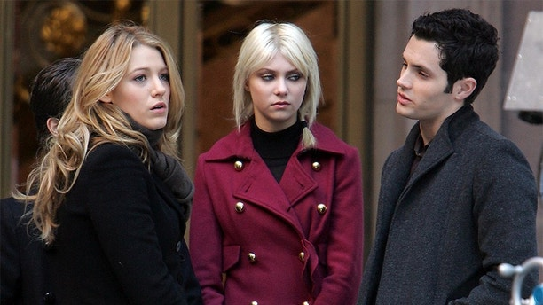 """U.S actors Blake Lively,Taylor Momsen and Penn Badgley on set of the TV series """"Gossip Girl"""" in New York, NY on November 21, 2008. Photo by Charles Guerin/ABACAPRESS.COM (Photo by Philip Ramey/Corbis via Getty Images)"""