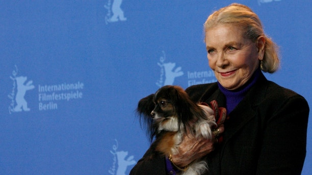 U.S actress Lauren Bacall poses with her dog 'Sophie' during a photocall to present her film 'The Walker' at the 57th Berlinale International Film Festival in Berlin February 13, 2007. The festival runs from February 8-18.  REUTERS/Arnd Wiegmann      (GERMANY) - RTR1MCY4