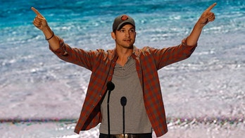 Actor Ashton Kutcher accepts the Ultimate Choice Award at the Teen Choice Awards at the Gibson amphitheatre in Universal City, California August 11, 2013.  REUTERS/Mario Anzuoni  (UNITED STATES - Tags: ENTERTAINMENT) - GM1E98C104I01