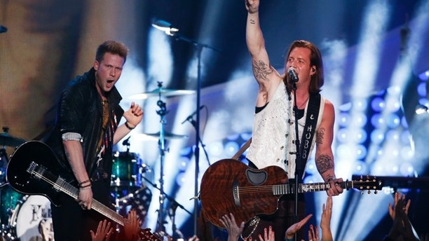 """Brian Kelley (L) and Tyler Hubbard of Florida Georgia Line perfom """"Stay"""" during the 4th annual American Country Awards in Las Vegas, Nevada December 10, 2013.   REUTERS/Lucy Nicholson (UNITED STATES  - Tags: ENTERTAINMENT)   - RTX16DAR"""