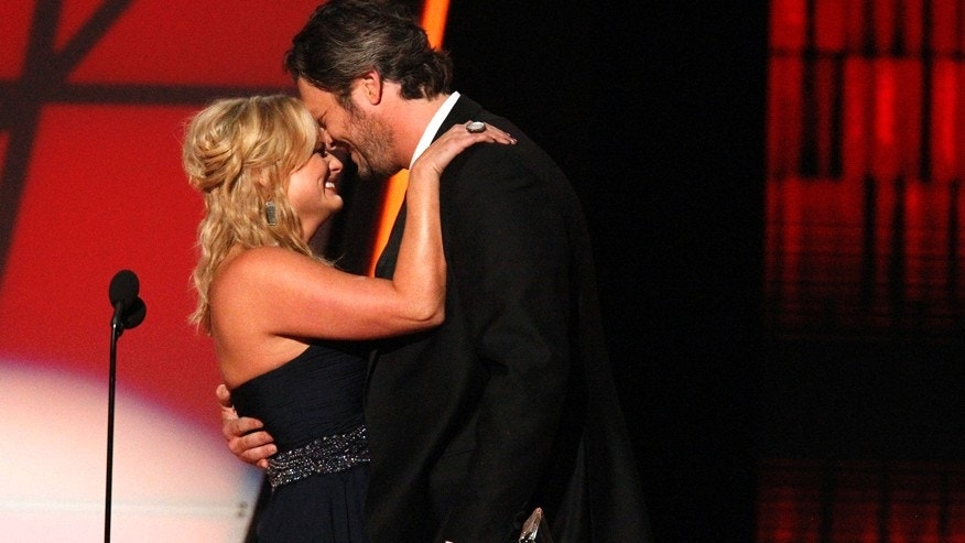 "Blake Shelton and wife Miranda Lambert embrace as they accept the award for song of the year for ""Over You"" at the 46th Country Music Association Awards in Nashville, Tennessee, November 1, 2012.   REUTERS/Harrison McClary (UNITED STATES  - Tags: ENTERTAINMENT TPX IMAGES OF THE DAY)   - RTR39VVB"