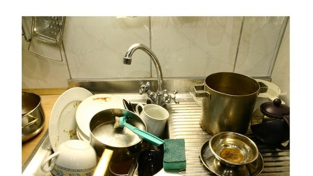 Lots of kitchen dirty accessories in the sink