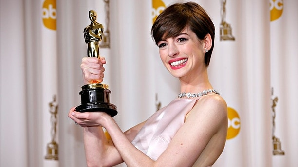 """Anne Hathaway holds her Oscar for winning Best Supporting Actress for her role in """"Les Miserables"""" at the 85th Academy Awards in Hollywood, California February 24, 2013.  REUTERS/Mike Blake   (UNITED STATES TAGS: - Tags: ENTERTAINMENT)  (OSCARS-BACKSTAGE) - RTR3E9AJ"""
