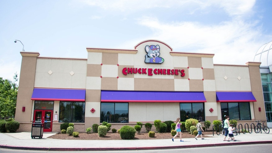 Chuck E. Cheese is revamping its menu to appeal to young parents.