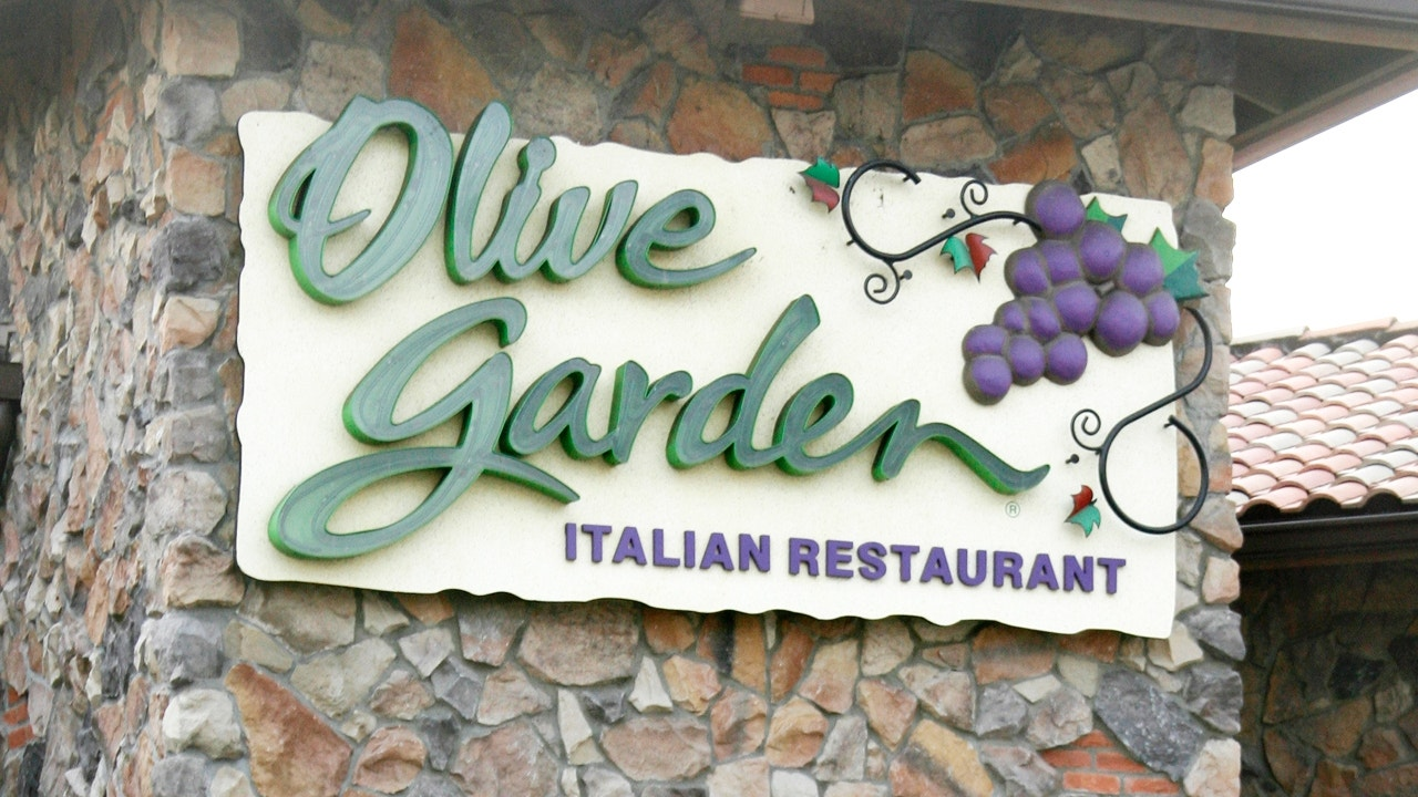Olive Garden Donates 5 000 To Comedian S Charity After Incident With Waitress Fox News