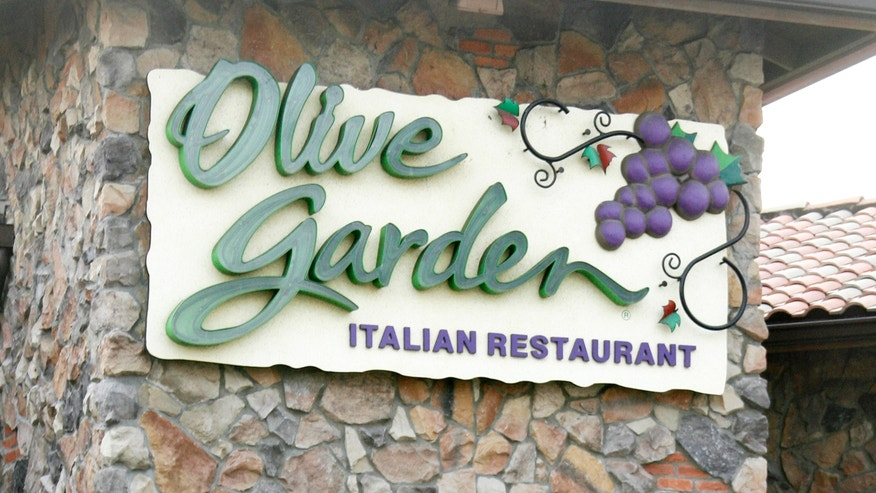 Customers are shown outside an Olive Garden restaurant in Burbank,California December 15, 2006. More than 250 people have reported becoming sick after eating at an Olive Garden restaurant in Indianapolis, Indiana, a county health official said on Friday, a day after an outbreak of E.coli at Taco Bell restaurants was declared over.  REUTERS/Fred Prouser  (UNITED STATES) - RTR1KGGQ