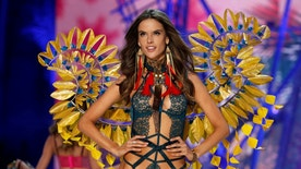 Model Alessandra Ambrosio presents a creation during the 2016 Victoria's Secret Fashion Show at the Grand Palais in Paris, France, November 30, 2016.  REUTERS/Charles Platiau   FOR EDITORIAL USE ONLY. NOT FOR SALE FOR MARKETING OR ADVERTISING CAMPAIGNS - RTSU3CB