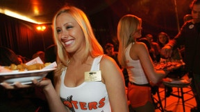 Waitresses serve food at the opening celebration of the first Israeli branch of Hooters Restaurants in Netanya, near Tel Aviv November 27, 2007. Picture taken November 27, 2007. REUTERS/Gil Cohen Magen (ISRAEL) - RTX44Y3