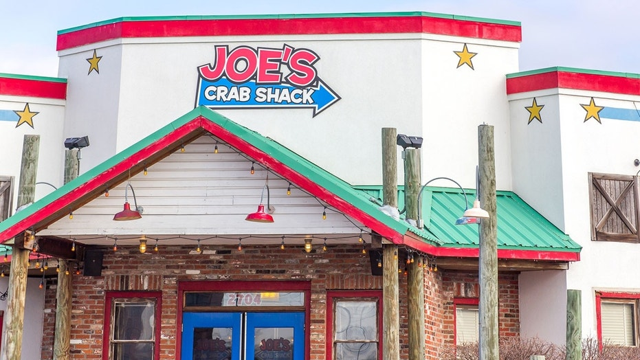 A number of workers at Joe's Crab Shack say the restaurants failed to give notice before closing.