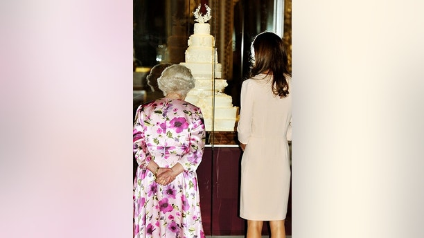 Queen Elizabeth And Catherine Ss Of Cambridge Look At The Part Original Replica Royal Wedding Cake Made For An Exhibition