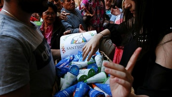Charity workers distribute ice creams to the guests of the Community of Sant'Egidio Centre in Rome, Italy, April 23, 2018. REUTERS/Alessandro Bianchi - RC17DD75A1A0