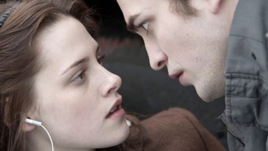 "In this image released by Summit Entertainment, Kristen Stewart, left, and Robert Pattinson are shown in a scene from, ""Twilight."" (AP Photo/Summit Entertainment, Peter Sorel) ** NO SALES **"