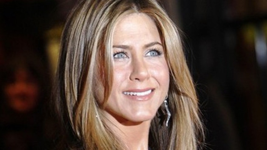 "U.S. actress Jennifer Aniston poses on arrival at the British premiere of ""The Bounty Hunter"" in Leicester Square in London March 11, 2010. REUTERS/Luke MacGregor (BRITAIN - Tags: ENTERTAINMENT)"