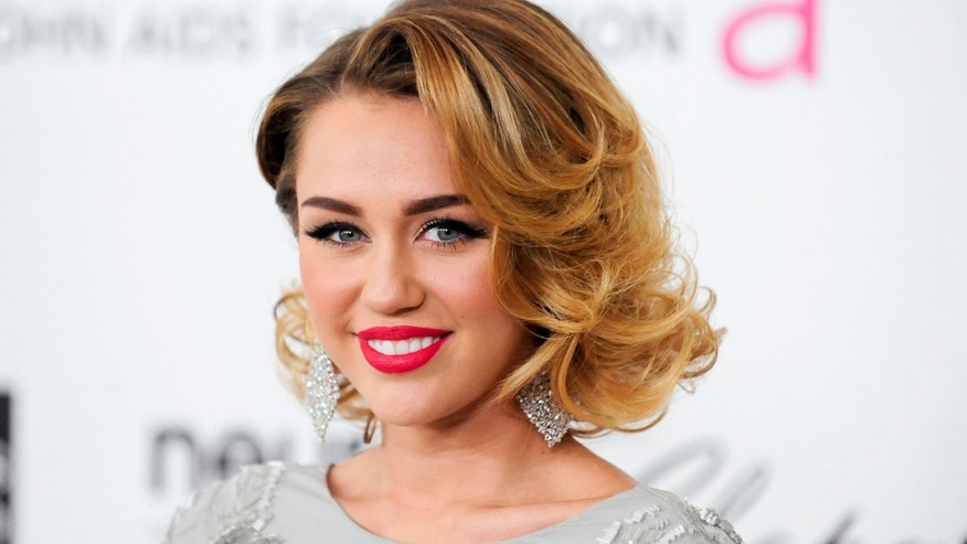 Singer Miley Cyrus arrives at the 20th annual Elton John AIDS Foundation Academy Awards Viewing Party in West Hollywood, California February 26, 2012. REUTERS/Gus Ruelas (UNITED STATES - Tags: ENTERTAINMENT) (OSCARS-PARTIES)