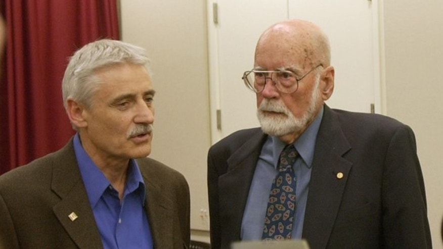 Leland Hartwell, left, a winner of the 2001 Nobel Prize for Medicine, talks with Donnall Thomas, a 1990 Nobel Prize winner for Medicine, at a news conference at the Fred Hutchinson Cancer Research Center in Seattle on Monday, Oct. 10, 2001. (AP)
