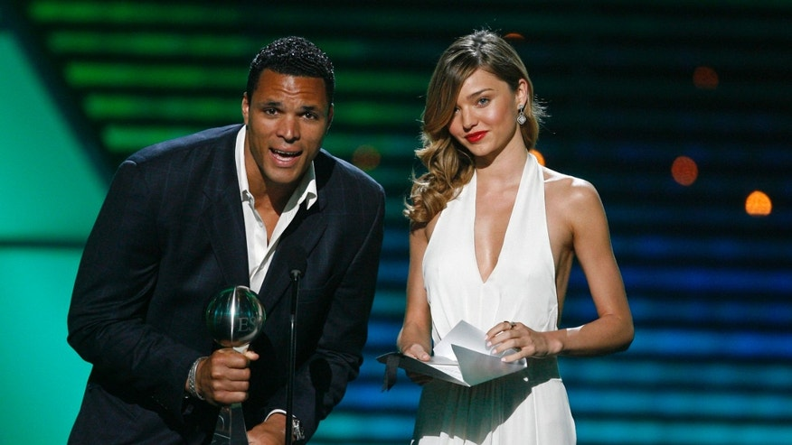 Atlanta Falcons Tony Gonzalez (L) and model Miranda Kerr present Best Female International Athlete at the taping of the 2009 ESPY Awards in Los Angeles July 15, 2009. The awards show will be telecast on ESPN July 19.  REUTERS/Mario Anzuoni (UNITED STATES ENTERTAINMENT SPORT) - RTR25PIN