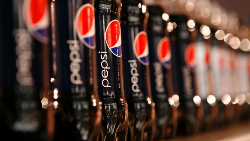 Bottles of Pepsi cola are seen in a display at PepsiCo's 2010 Investor Meeting event in New York, March 22, 2010.  REUTERS/Mike Segar (UNITED STATES - Tags: BUSINESS) - RTR2BY2X