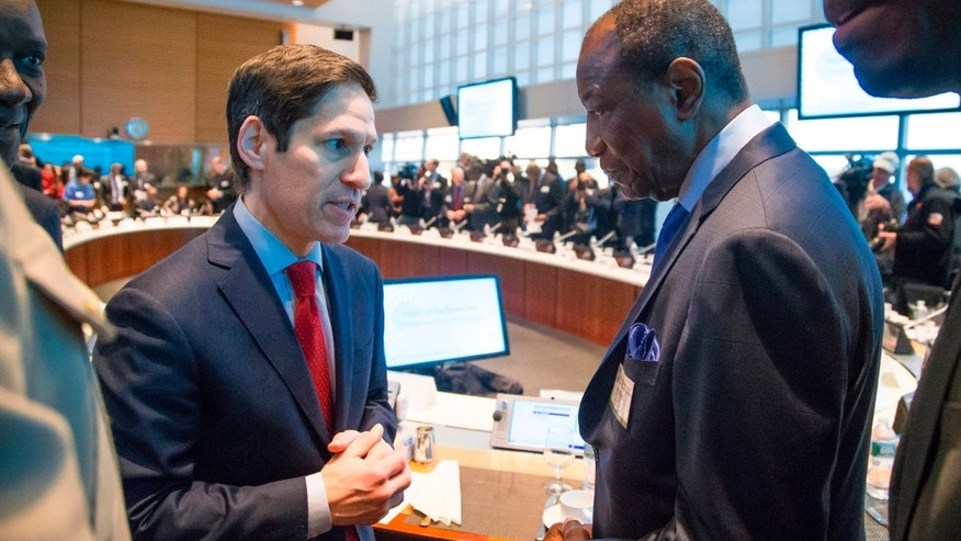 U.S. Centers for Disease Control (CDC) Director Thomas Frieden (L) speaks with Guinea's President Alpha Conde (R) before a meeting on the Ebola crisis during the IMF-World Bank annual meetings in Washington October 9, 2014. REUTERS/Jonathan Ernst