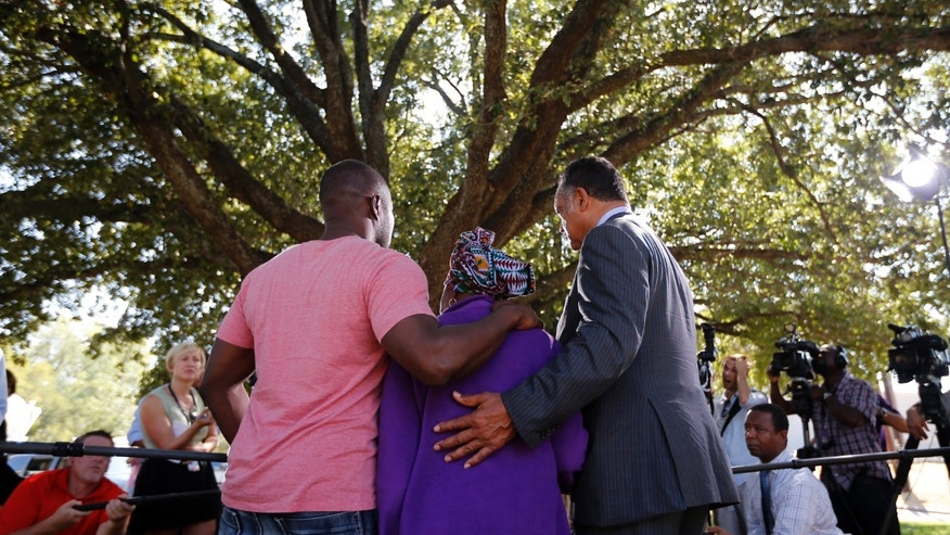 Nowai Korkoyah, the mother of Thomas Eric Duncan, the first patient diagnosed with Ebola on U.S. soil,  attends a news conference with Reverend Jesse Jackson (R) in Dallas, Texas October 7, 2014.REUTERS/Jim Young