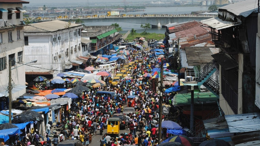 Christmas shoppers flock to a market despite concerns over Ebola in Monrovia December 23, 2014. REUTERS/James Giahyue