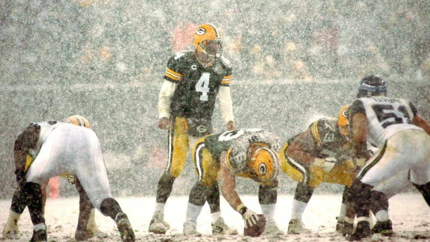 Green Bay Packers quarterback Brett Favre (C) calls a play as heavy snow falls in the second half against the Seattle Seahawks during their NFC Divisional NFL playoff football game in Green Bay, Wisconsin, January 12, 2008.