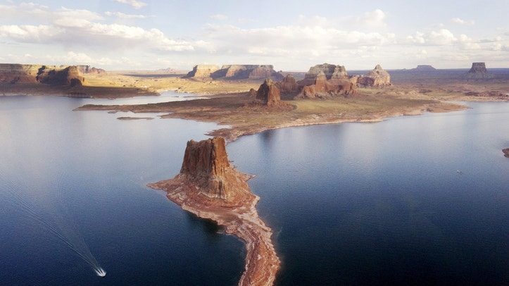 "A boat makes its way around Padre Butte in Lake Powell near Page, Arizona, May 26, 2015. Lake Powell on the Colorado River provides water for Nevada, Arizona and California. A severe drought in recent years, combined with withdrawals that many believe are not sustainable, has reduced its levels to only about 42 percent of its capacity. REUTERS/Rick Wilking  PICTURE 23 OF 26 FOR WIDER IMAGE STORY ""EARTHPRINTS: LAKE POWELL""SEARCH ""EARTHPRINTS POWELL"" FOR ALL IMAGES - RTS1JPK"