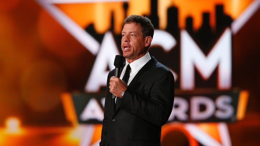 Former Dallas Cowboys quarterback Troy Aikman introduces a performance by Alan Jackson at the 50th Annual Academy of Country Music Awards in Arlington, Texas April 19, 2015.