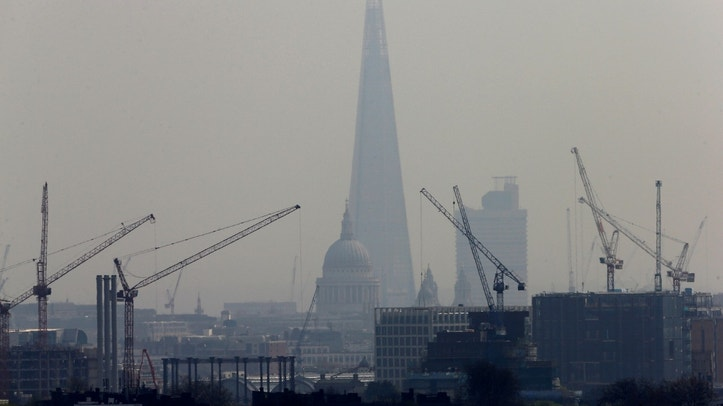 Smog surrounds The Shard and St Paul's Cathedral in London, Britain, April 3, 2014.   REUTERS/Suzanne Plunkett/File Photo - RTSPMCC