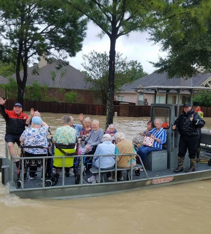 Houston police officer battling cancer braves floodwaters to rescue residents – Trending Stuff