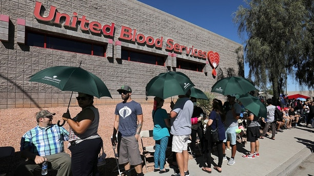 Hundreds of people queue to donate blood following the mass shooting at the Route 91 music festival in Las Vegas, Nevada, U.S., October 2, 2017.  REUTERS/Mike Blake - RC1574C64530