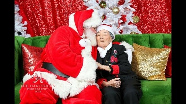 86-year-old woman with dementia warms up to Santa ─ and makes him cry