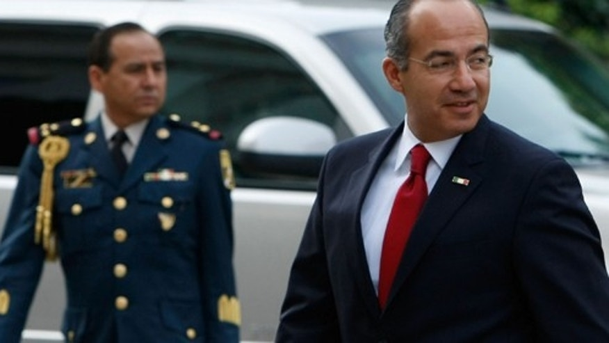 SACRAMENTO, CA - FEBRUARY 13:  Mexican President Felipe Calderon arrives at the California State capitol with his wife Margarita Zavala February 13, 2008 in Sacramento, California. Calderon is making his first visit to California since becoming president of Mexico.  (Photo by Justin Sullivan/Getty Images)