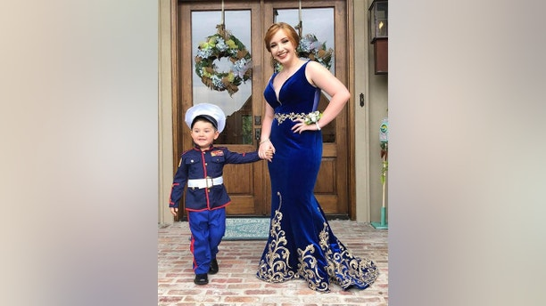 Marine's 2-year-old brother takes his place in girlfriend's prom photos – Trending Stuff