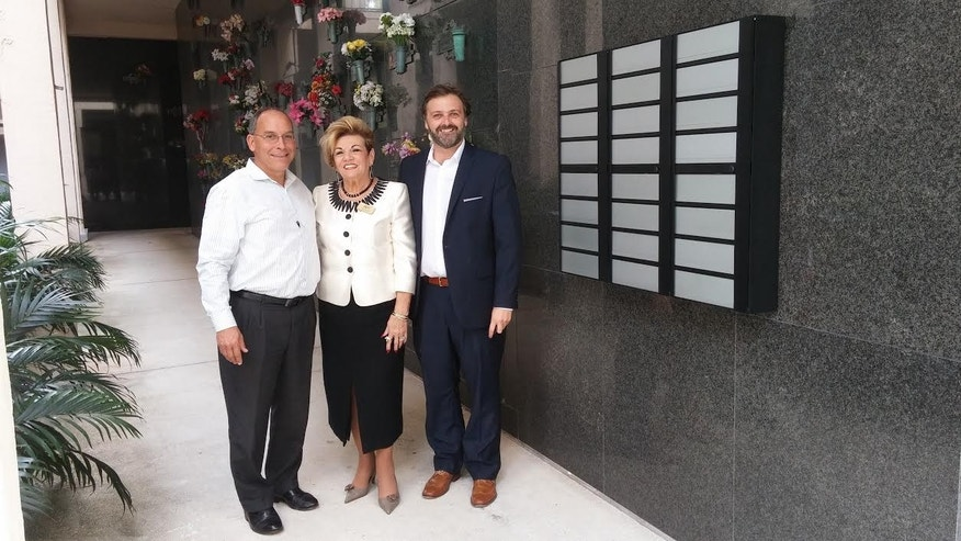 Christian Crews, CEO of omneo (R) with the omneo resting system and the owners of a Miami funeral home.