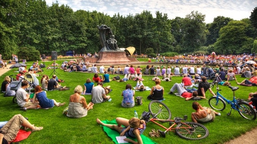 Crowds attend 'Concerts under the Willow Tree' by Chopin in Lazienki Park in Warsaw, 30th July 2010.  (Photo by Luis Davilla/Cover/Getty Images)