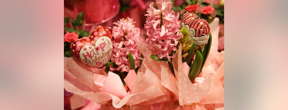 A Valentine's Day floral arrangement is seen at the Safeway store in Wheaton, Maryland February 13, 2015.    REUTERS/Gary Cameron   (UNITED STATES) - RTR4PJ5S