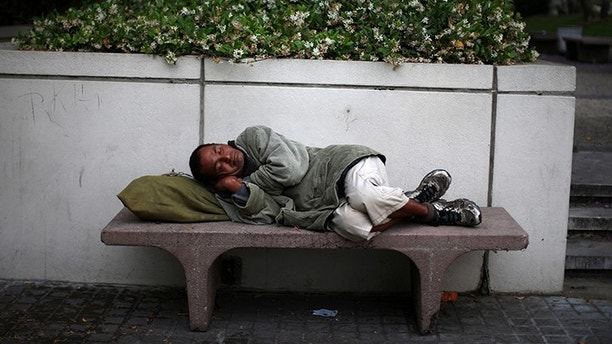 A man sleeps on a bench in downtown Los Angeles, California, U.S., May 31, 2017. REUTERS/Lucy Nicholson - RC137DF5AB60