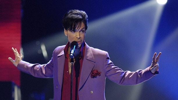 "Prince performs in a surprise appearance on the ""American Idol"" television show finale at the Kodak Theater in Hollywood, May 24, 2006. REUTERS/Chris Pizzello - GM1DSRILVRAA"