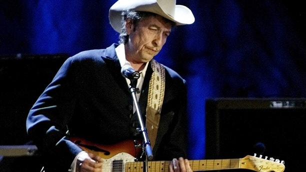"Rock musician Bob Dylan performs at the Wiltern Theatre in Los Angeles May 5, 2004. Dylan was performing with Willie Nelson, who was taping ""Willie Nelson & Friends: Outlaws and Angels"" for a two-hour Memorial Day broadcast on USA Network on May 31. REUTERS/Robert Galbraith  RG - RP4DRIBFEFAA"