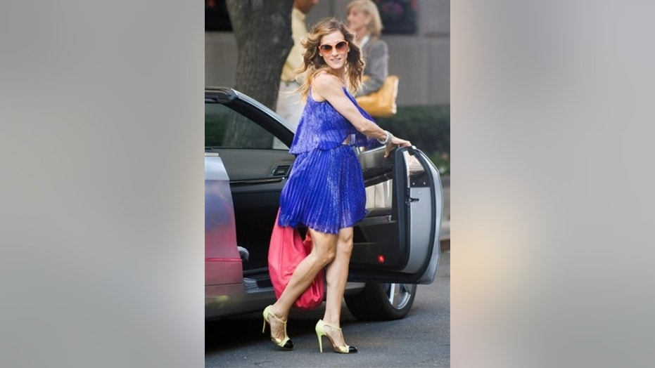 """Actress Sarah Jessica Parker films a scene on location for """"Sex and the City 2"""" in New York, Tuesday, Sept. 1, 2009. (AP Photo/Charles Sykes)"""