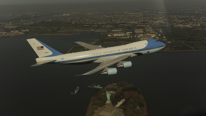 A VC - 25A flies over Manhattan on April 27, 2009
